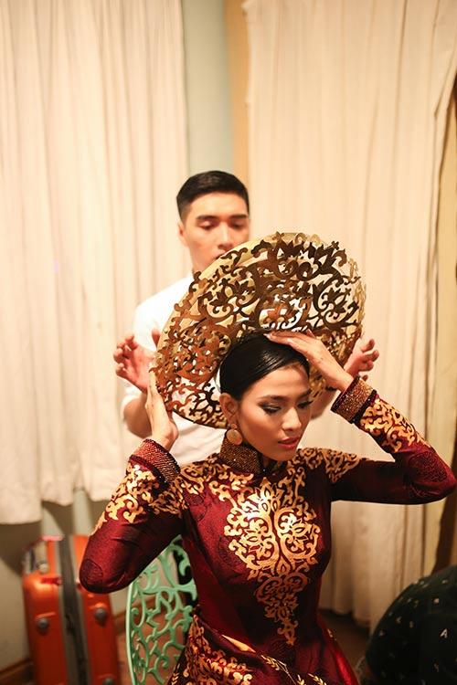 """Á hậu Trương Thị May """"mặc lại"""" áo dài từng thi Miss Universe 2013-4"""