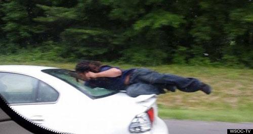 Mỹ: Phóng xe suốt 10km mới biết vợ đang ngồi trên nóc-3
