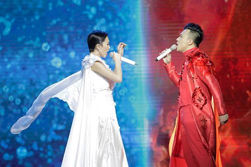 """Tóc Tiên """"lột đồ"""" ngay trên sân khấu liveshow Trấn Thành-8"""