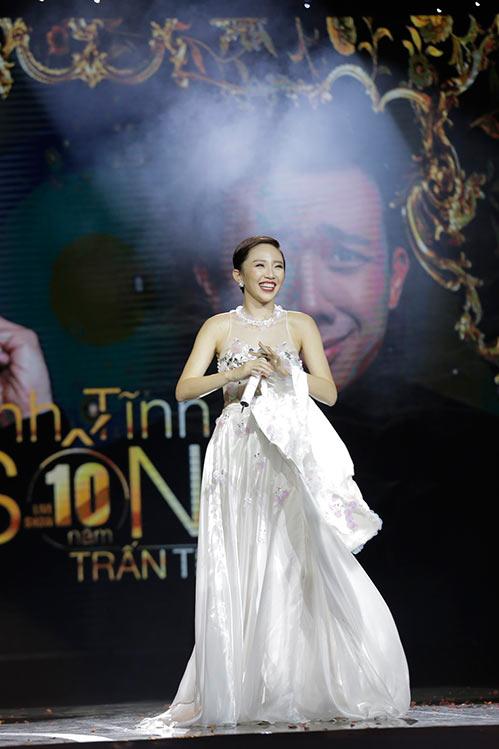 """Tóc Tiên """"lột đồ"""" ngay trên sân khấu liveshow Trấn Thành-9"""