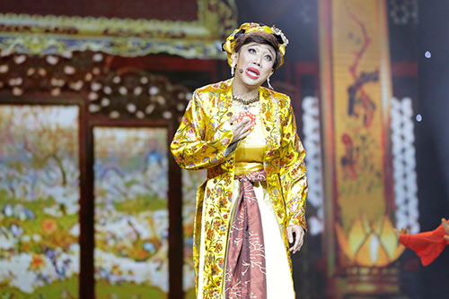 """Tóc Tiên """"lột đồ"""" ngay trên sân khấu liveshow Trấn Thành-13"""