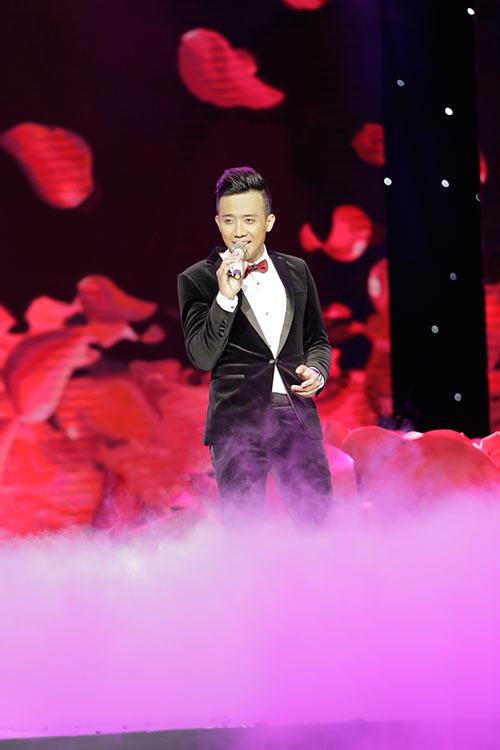 """Tóc Tiên """"lột đồ"""" ngay trên sân khấu liveshow Trấn Thành-3"""