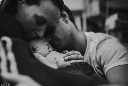 """Hình ảnh """"bố mẹ ôm con sắp qua đời"""" lay động cộng đồng-16"""