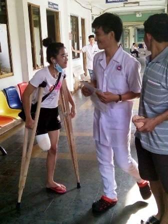 nu sinh bi cua chan chap chung di tren doi nang go - 3