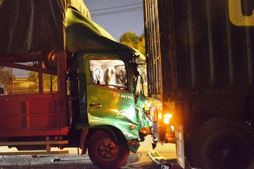 xe tai tong duoi container, 2 nguoi thuong vong - 1