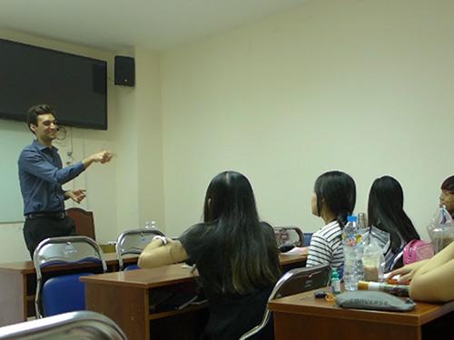 Chàng trai người Mỹ mở lớp dạy miễn phí ở Sài Gòn-2