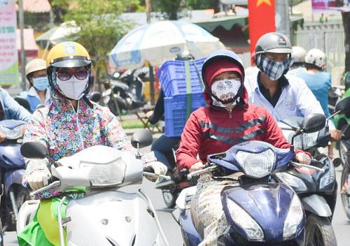 Người Sài Gòn mệt mỏi trong đợt nắng nóng kỷ lục-1