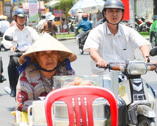 Người Sài Gòn mệt mỏi trong đợt nắng nóng kỷ lục-7