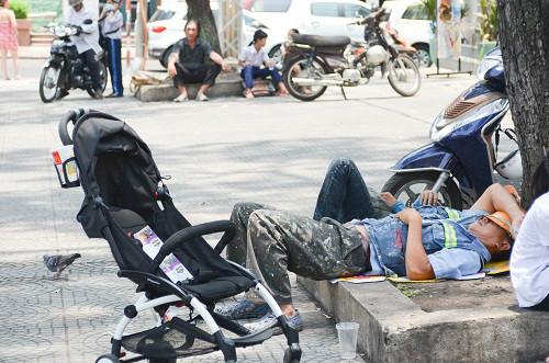 Người Sài Gòn mệt mỏi trong đợt nắng nóng kỷ lục-10