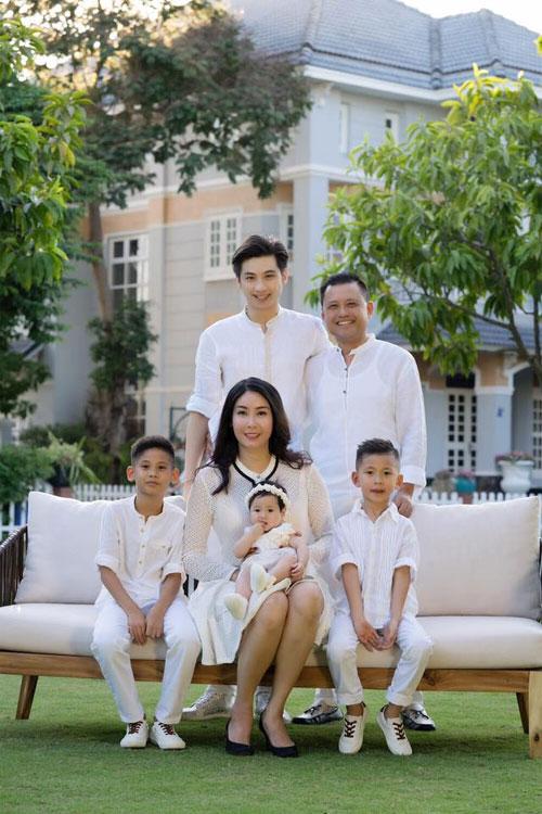 Vợ chồng Hà Kiều Anh ngọt ngào bên con chung, con riêng-3