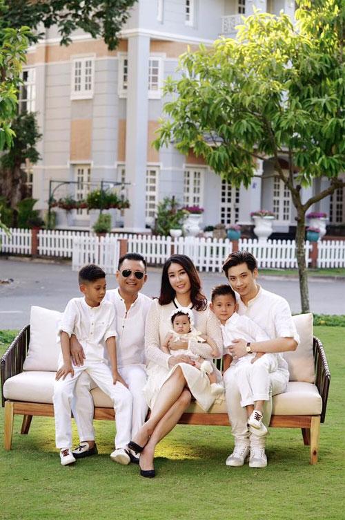 Vợ chồng Hà Kiều Anh ngọt ngào bên con chung, con riêng-1