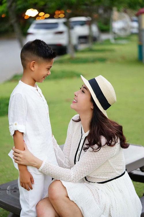 Vợ chồng Hà Kiều Anh ngọt ngào bên con chung, con riêng-11