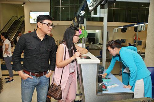 Hoàng Phúc và vợ đẹp đôi, thắm thiết ở sân bay-4