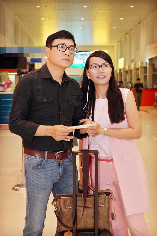 Hoàng Phúc và vợ đẹp đôi, thắm thiết ở sân bay-5