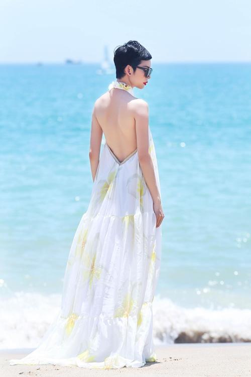 Xuân Lan tự tin khoe lưng trần sexy trước biển-7