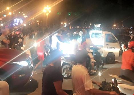 Gây tai nạn bỏ chạy, ô tô bị hàng chục xe máy truy đuổi-1