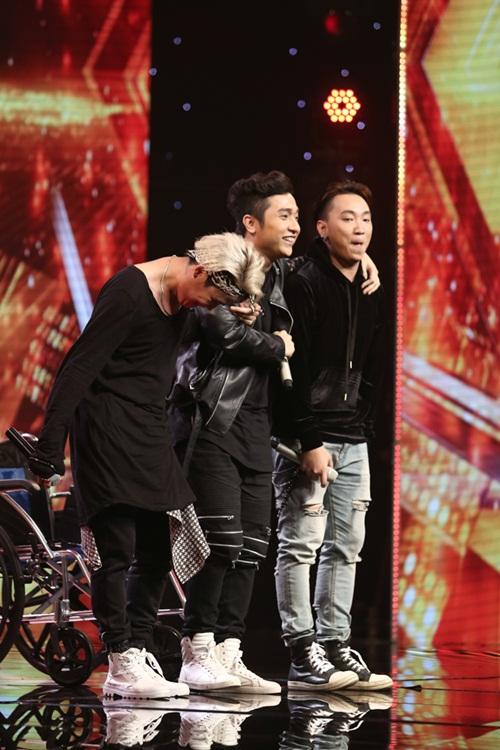 Cô bé 16 tuổi nức nở khi bất ngờ gặp mẹ trên sân khấu X-Factor-13