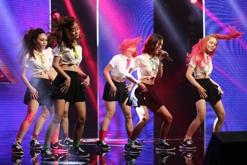 Cô bé 16 tuổi nức nở khi bất ngờ gặp mẹ trên sân khấu X-Factor-15