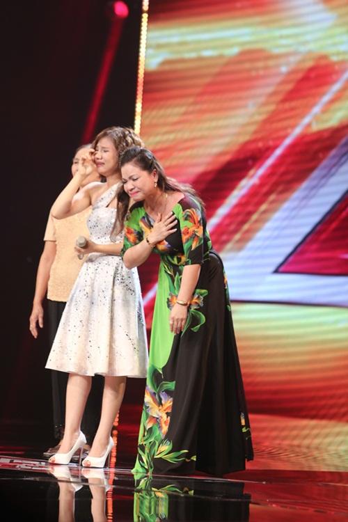 Cô bé 16 tuổi nức nở khi bất ngờ gặp mẹ trên sân khấu X-Factor-5