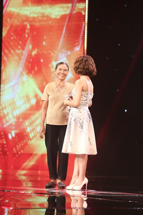 Cô bé 16 tuổi nức nở khi bất ngờ gặp mẹ trên sân khấu X-Factor-3