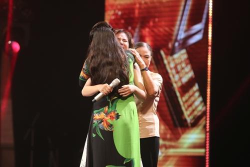 Cô bé 16 tuổi nức nở khi bất ngờ gặp mẹ trên sân khấu X-Factor-4