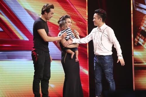 Cô bé 16 tuổi nức nở khi bất ngờ gặp mẹ trên sân khấu X-Factor-7