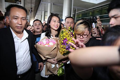 """Hồ Hạnh Nhi gây """"tắc nghẽn"""" sân bay Tân Sơn Nhất-10"""
