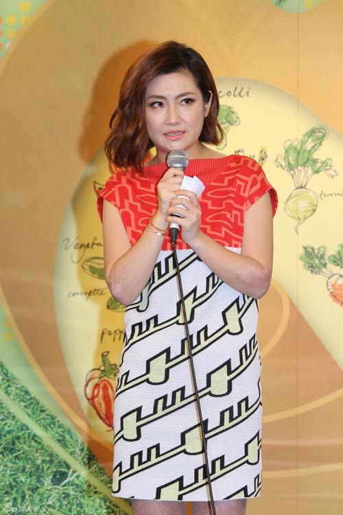 """showbiz 24/7: tran kieu an """"khoai"""" vi duoc khen tang can - 3"""