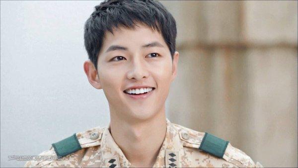 "bao tron khach san vi muon gap ""dai uy"" song joong ki - 1"