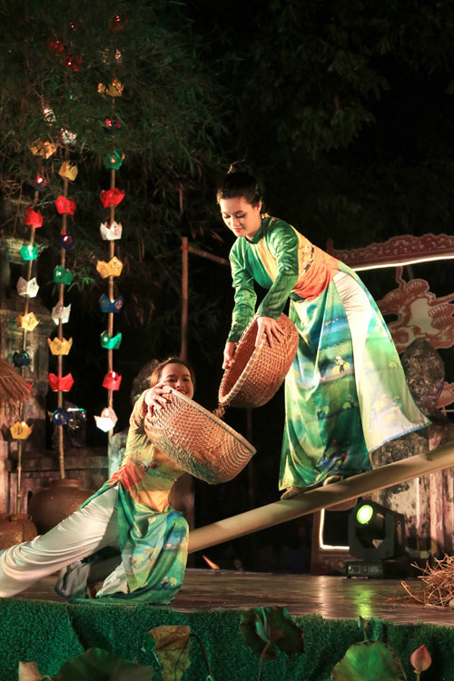 ha linh mac ao dai xuyen thau o festival hue - 1
