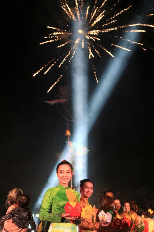 ha linh mac ao dai xuyen thau o festival hue - 10