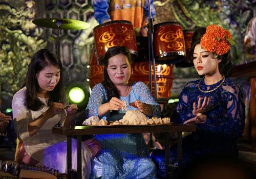 ha linh mac ao dai xuyen thau o festival hue - 7