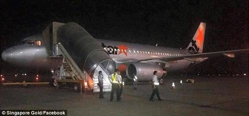 be trai nang 3,4kg chao doi tren may bay jetstar - 3