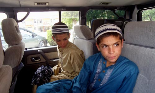 "ky la 3 anh em ngay ""song"", dem ""chet"" o pakistan - 1"