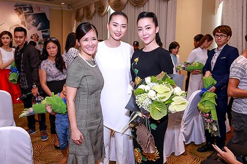 Linh Nga nổi bật với váy thêu hoa cúc cao quý-9