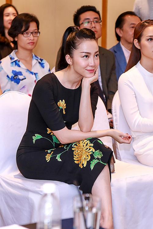 Linh Nga nổi bật với váy thêu hoa cúc cao quý-8