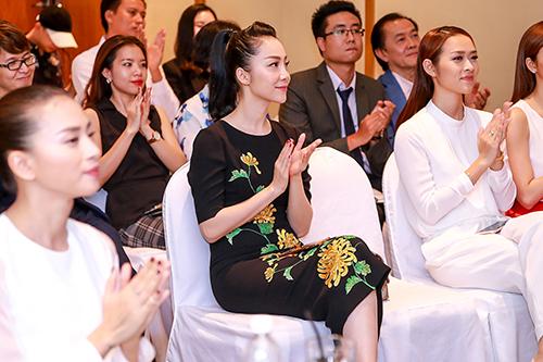 Linh Nga nổi bật với váy thêu hoa cúc cao quý-7