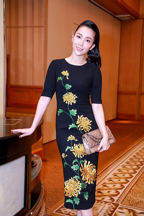 Linh Nga nổi bật với váy thêu hoa cúc cao quý-5