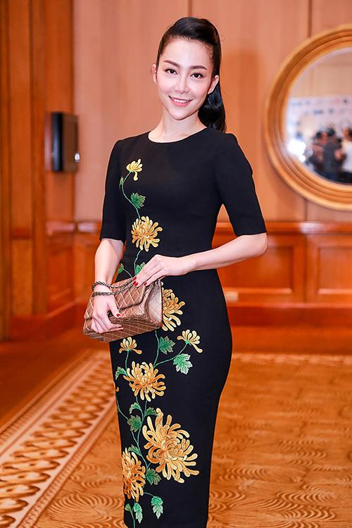 Linh Nga nổi bật với váy thêu hoa cúc cao quý-4