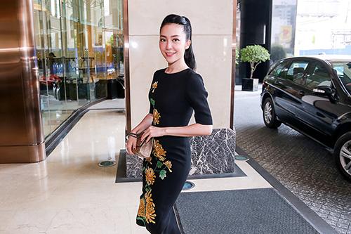 Linh Nga nổi bật với váy thêu hoa cúc cao quý-1