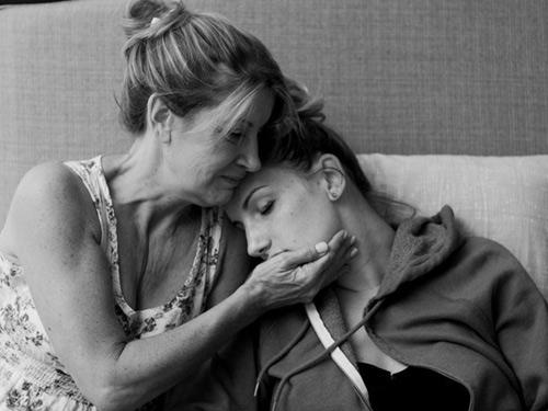 Cảm động hình ảnh mẹ già khóc - cười cùng con gái vượt cạn-10