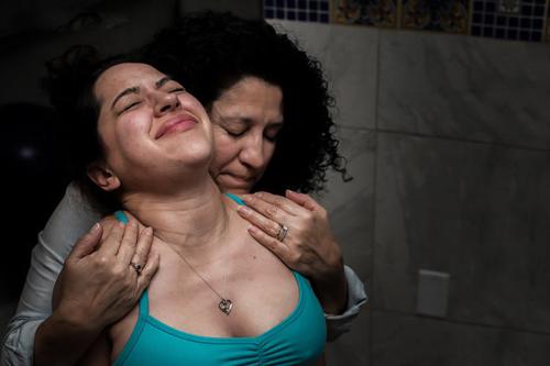 Cảm động hình ảnh mẹ già khóc - cười cùng con gái vượt cạn-2