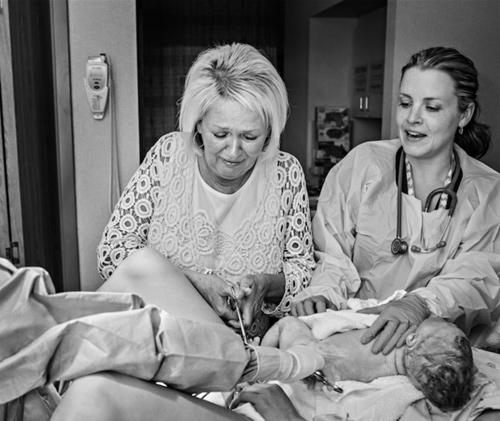 Cảm động hình ảnh mẹ già khóc - cười cùng con gái vượt cạn-6