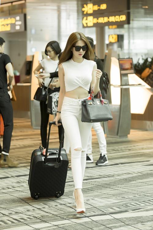 Ngọc Trinh khoe nhan sắc trẻ trung ở sân bay Singapore-1