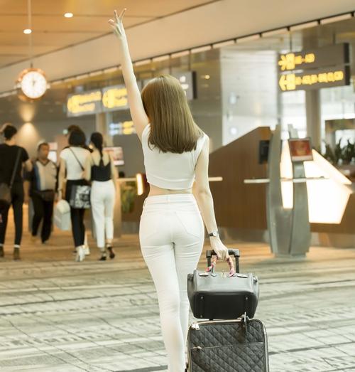 Ngọc Trinh khoe nhan sắc trẻ trung ở sân bay Singapore-3