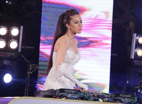 huong giang idol khoe eo sexy di lam giam khao - 11