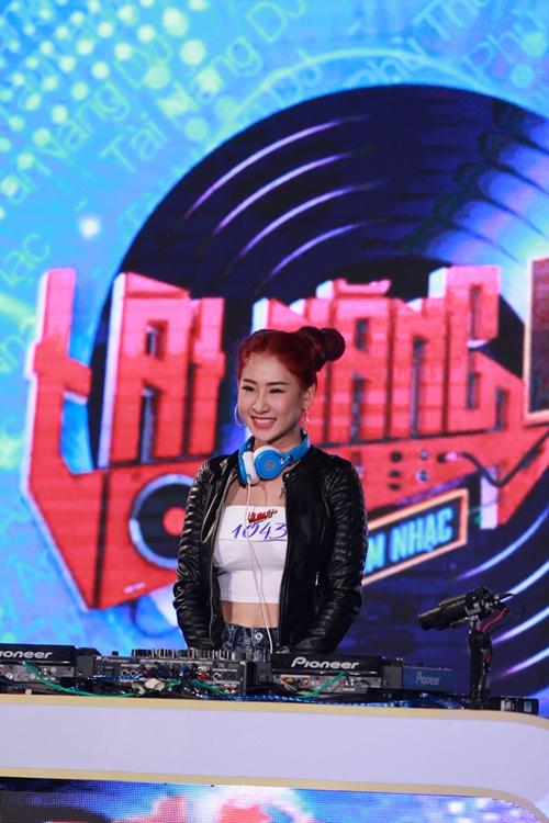 huong giang idol khoe eo sexy di lam giam khao - 12