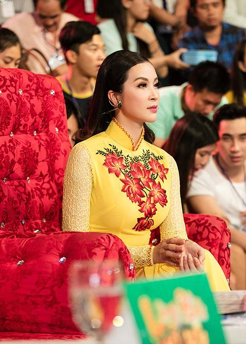 mc thanh mai dien 2 ao dai di lam giam khao - 3