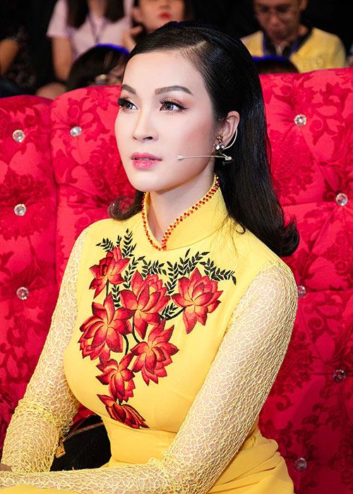 mc thanh mai dien 2 ao dai di lam giam khao - 5