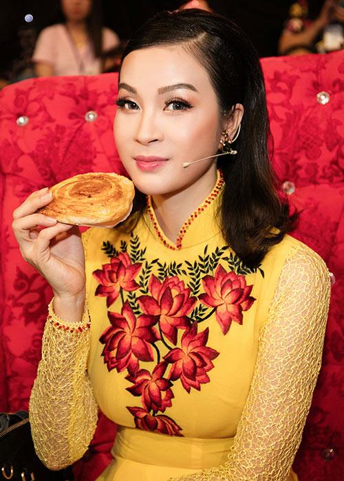 mc thanh mai dien 2 ao dai di lam giam khao - 4